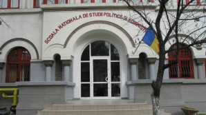 Un student NEMULTUMIT DE GUVERN a protestat la deschiderea anului universitar la SNSPA