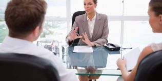 Expert in negociere: cum pot femeile sa castige cat barbatii