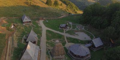 Reteta de excursie in mijlocul naturii, intr-un loc salbatic uimitor: Cuibul Corbului, satul de vacanta cu case vechi de 100 de ani