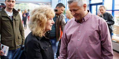 O petrecere pentru pensionarii din Turnu Severin a infierbantat spiritele: candidatul PSD, acuzat de PNL-isti de mita electorala