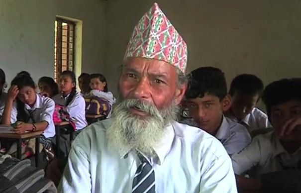 Niciodata nu e prea tarziu sa-ti reiei studiile. Un batran din Nepal s-a intors la scoala dupa decenii de absenta | GALERIE FOTO si VIDEO