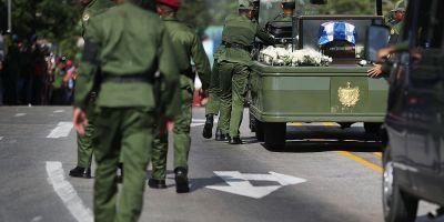 Doliul national din Cuba s-a incheiat cu peripetii. Jeep-ul cu urna funerara a lui Castro s-a stricat si a trebuit sa fie impins de soldati