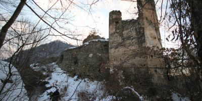 FOTO Secretele celui mai infiorator castel medieval parasit. Cetatea care l-a inspirat pe Jules Verne a devenit un loc interzis
