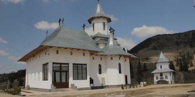 Manastirea revendicata in instanta de propriii ctitori. Oamenii reclama ca preotul trimis de Arhiepiscopie ar fi sustras din donatii