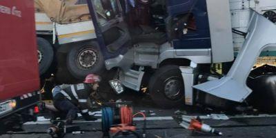 Doi soferi de TIR au murit pe autostrada in urma unui accident rutier