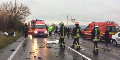 VIDEO Autocar cu 32 de turisti canadieni, implicat intr-un accident deosebit de grav in Brasov. Doi oameni au murit