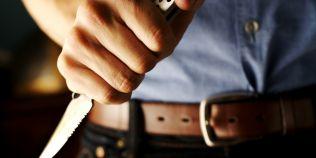 Un adolescent a lovit un elev de liceu cu un briceag pentru ca ar fi ras de prietena lui