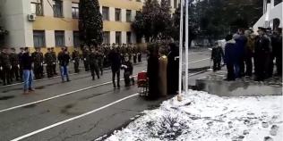 VIDEO Un soldat profesionist si-a cerut iubita de sotie chiar la depunerea juramantului militar