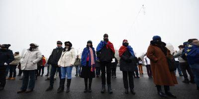 Cateva zeci de biologi si biochimisti din sistemul sanitar protesteaza sambata in fata Guvernului, nemultumiti de legea salarizarii