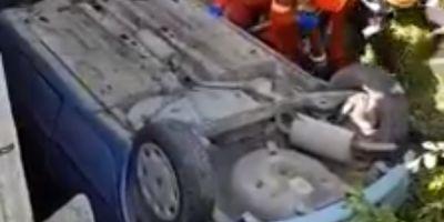 VIDEO Tragedie pe un drum judetean. Salvatorii nu au mai putut face nimic pentru soferul care a ajuns cu masina intr-un canal colector